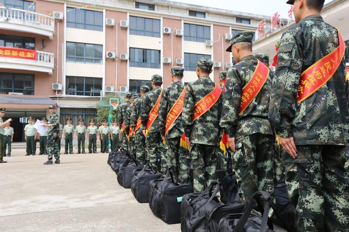 图为首批到营新兵在进行分班.JPG
