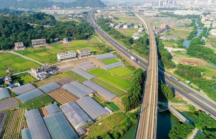 盘卧在灵溪大地上的高速公路和铁路(2018.9.30 雷步涨 摄).jpg