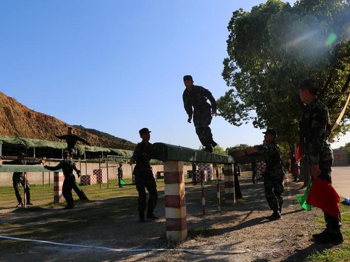 比武人员在开展通过400米障碍课目.JPG