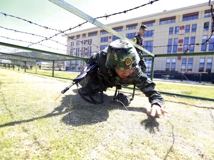 比武人员在开展单兵战术课目考核 (2).JPG