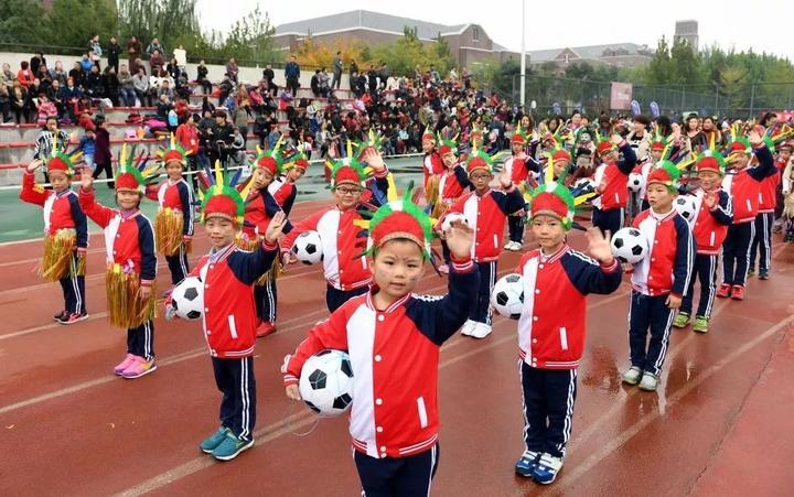 2016年10月21日,河北省固安县北京八中(固安)分校的学生们参加校园体育节开幕式。新华社记者李晓果摄