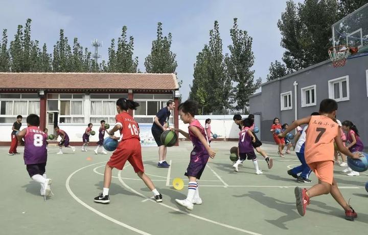 9月27日,河北省三河市三福庄小学的学生在篮球课上进行训练。新华社记者鲁鹏摄