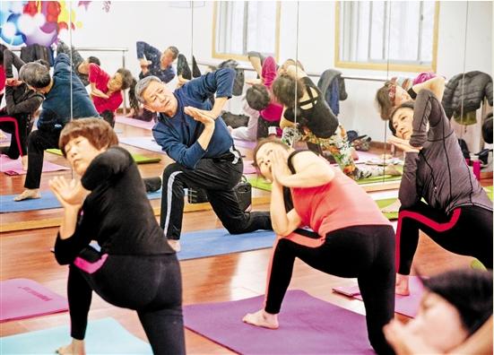 在杭州市下城区长庆街道文化站的公益瑜伽班里,老年学员们正在训练。记者 倪雁强 张孙超 通讯员 潘燕静 摄.png