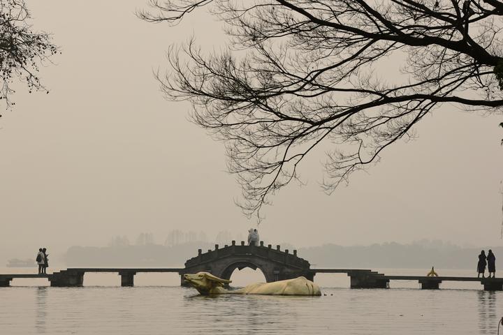 太阳若隐若现 西湖十面霾伏(里尔摄影)1.jpg