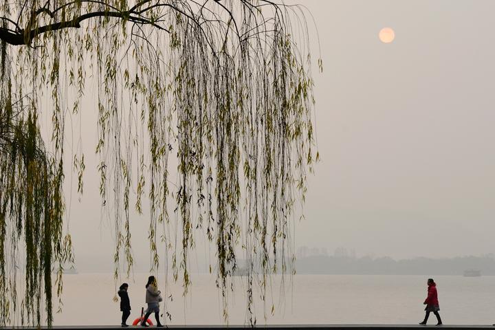 太阳若隐若现 西湖十面霾伏(里尔摄影)2.jpg