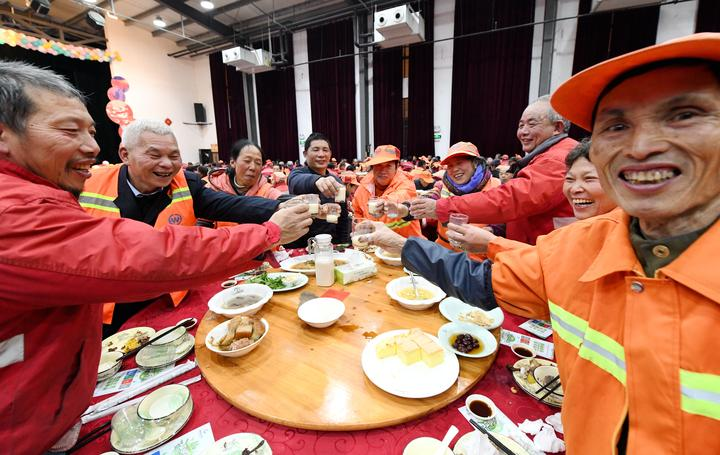 700多名环卫工人提前吃上爱心年夜饭2.jpg