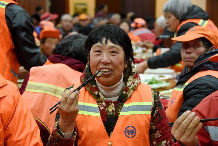 700多名环卫工人提前吃上爱心年夜饭5.jpg