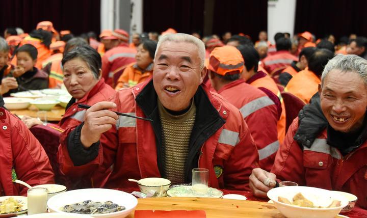 700多名环卫工人提前吃上爱心年夜饭6.jpg