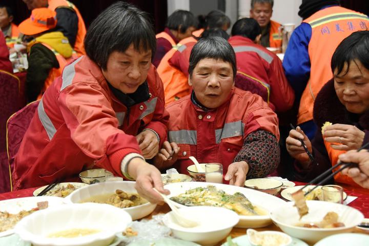 700多名环卫工人提前吃上爱心年夜饭7.jpg