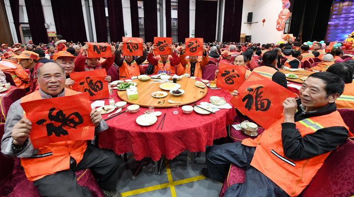 700多名环卫工人提前吃上爱心年夜饭10.jpg