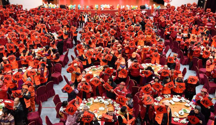 700多名环卫工人提前吃上爱心年夜饭11.jpg