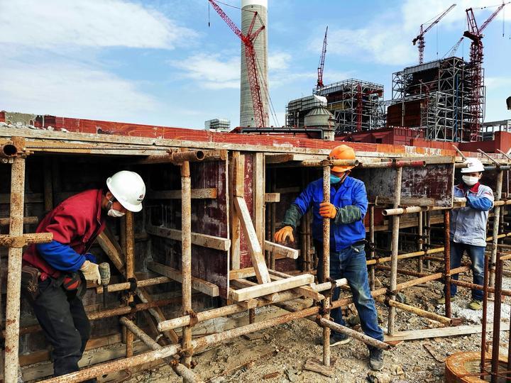 2月21日,浙能镇海电厂燃煤机组搬迁改造项目建设者正在气膜煤场区域施工作业。汤敏  摄.jpg