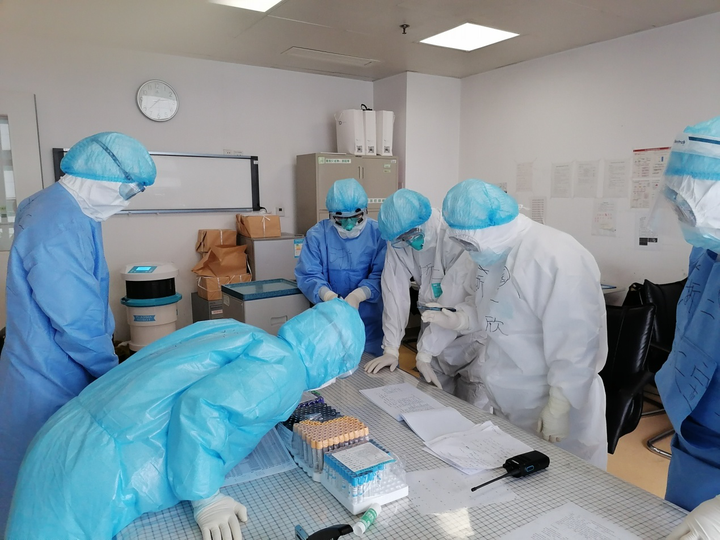在武汉ICU的浙二人在讨论病例和治疗方案。.png