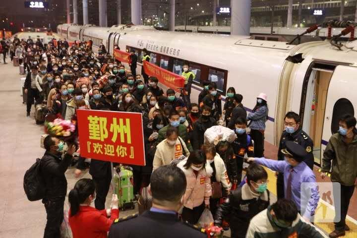 图为返鄞专列,共16节列车,载有977名返鄞职工.jpg