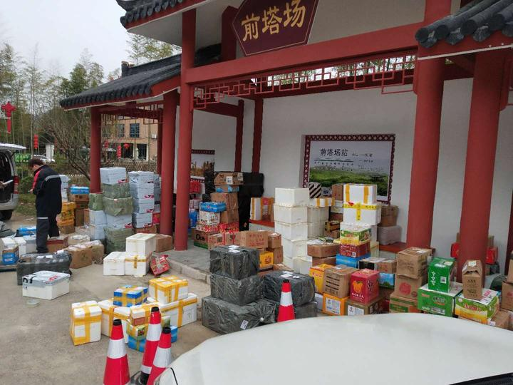 水口鄉顧渚村的快遞網點上堆滿了民宿業主準備寄出的農產品。圖片由水口鄉政府提供.jpeg