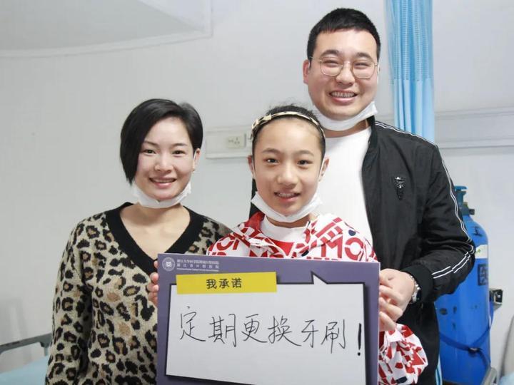 13岁的彤彤和她的爸爸妈妈,一家人笑出八颗牙很暖.jpg