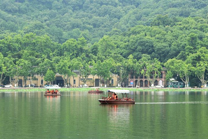 湖上行舟享夏凉(里尔摄影)1.jpg