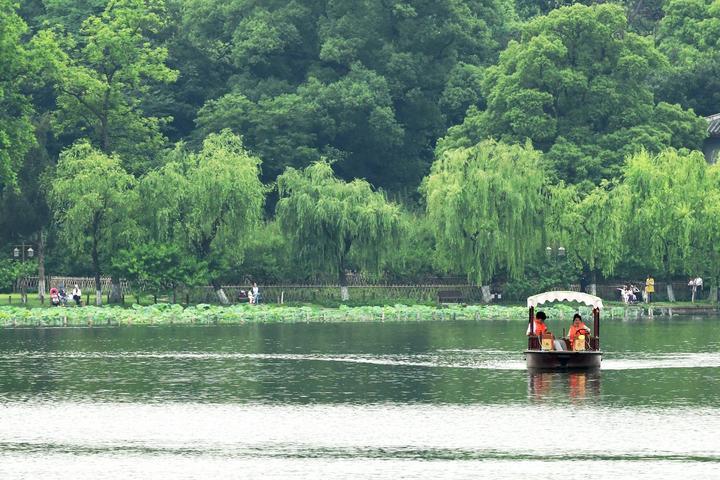 湖上行舟享夏凉(里尔摄影)4.jpg