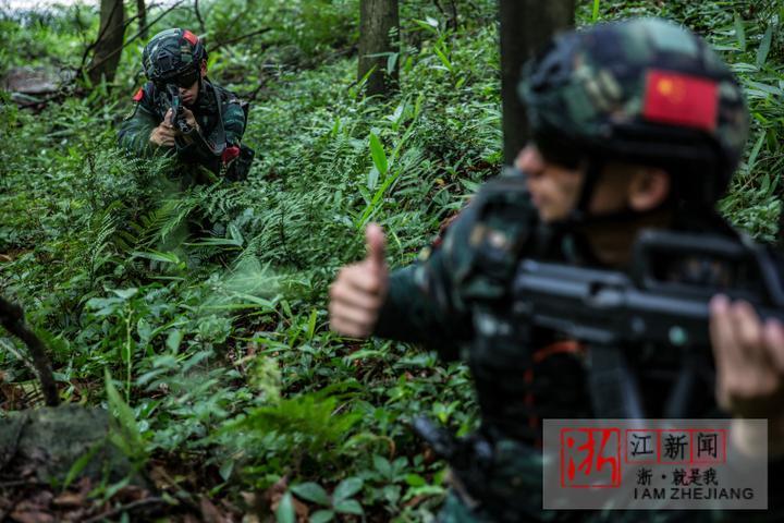 6特战队员在演练中使用战术手语相互沟通。(胡港 摄).JPG
