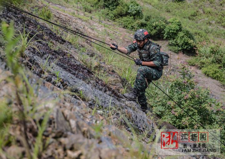 9特战队员进行极限攀登。(胡港 摄).JPG