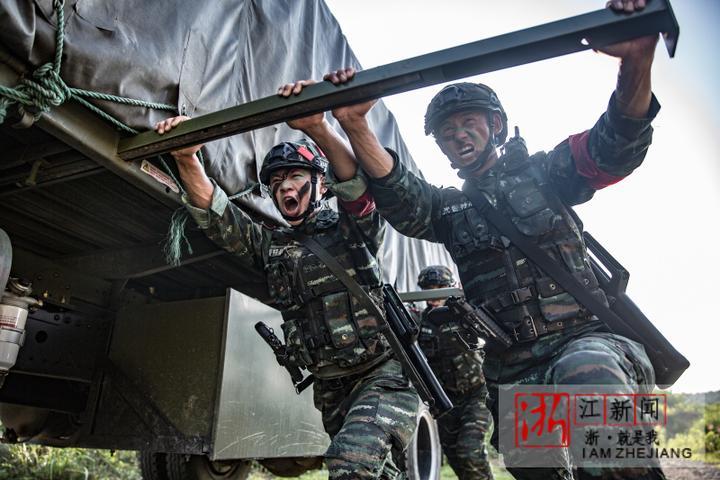 10特战队员推行车辆。(胡港 摄).JPG