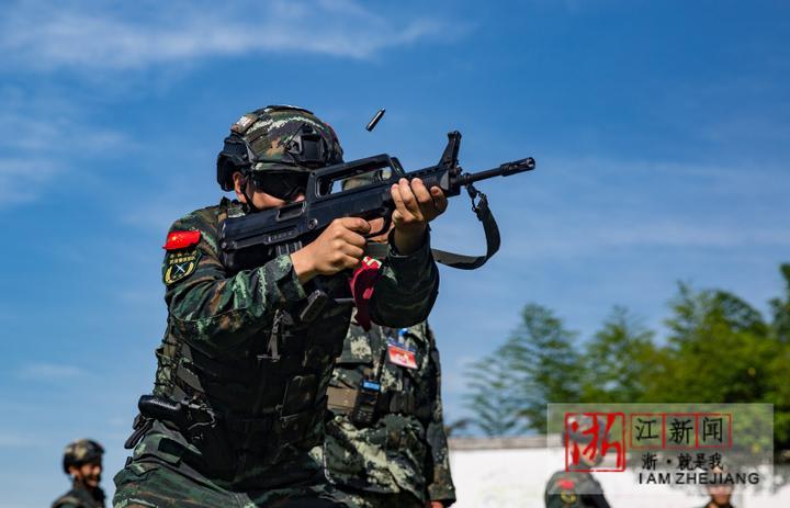17特战队员进行本能反应射击。(胡港 摄).JPG