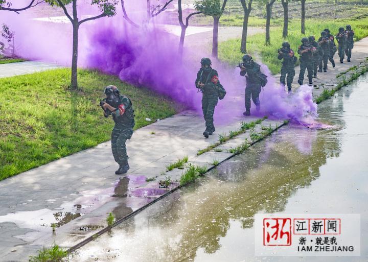 11特战队员通过染毒区域。(胡港 摄).JPG