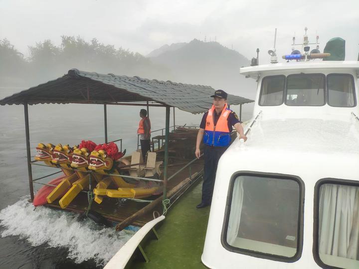 新安江主城区船舶拖带转移至安全水域-1.jpg