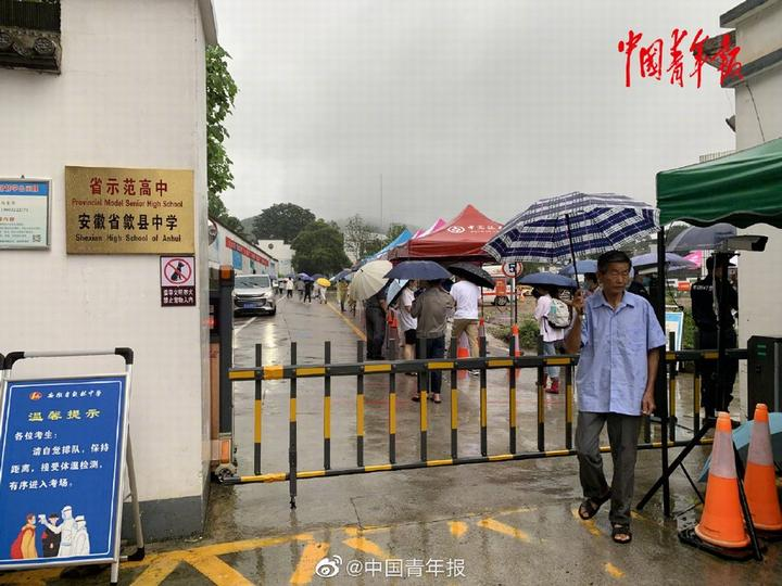 安徽省歙县中学考点,考生依次进入考场。 本文图片 @中国青年报