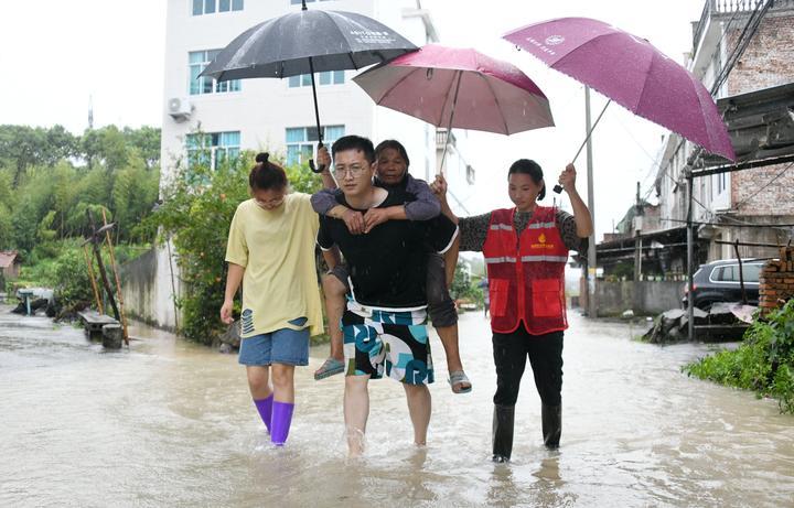 台风过后 干群抢险忙1.jpg