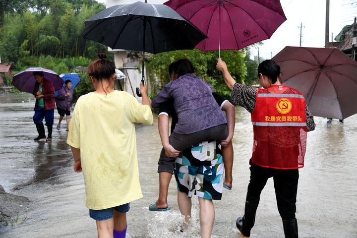 台风过后 干群抢险忙3.jpg
