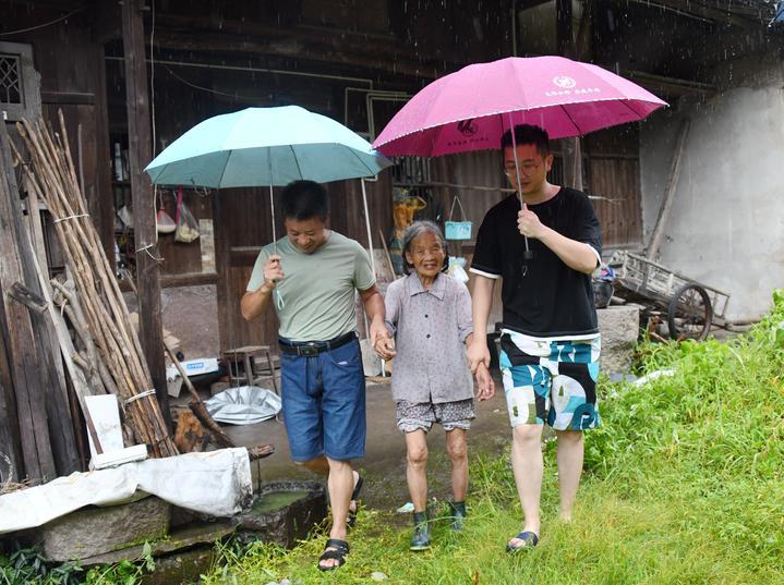 台风过后 干群抢险忙4.jpg