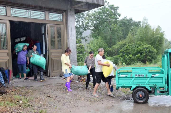 台风过后 干群抢险忙5.jpg