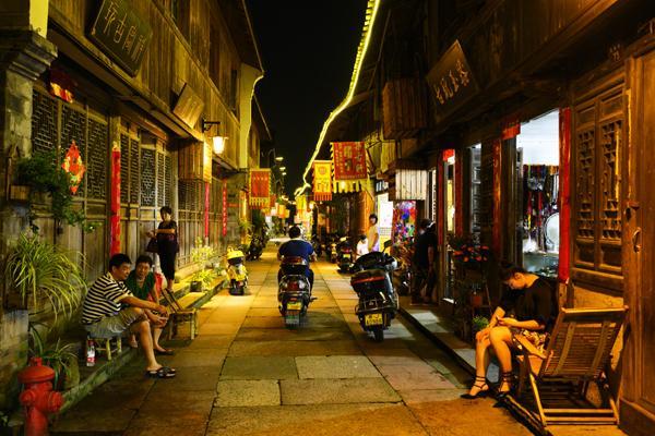 马明刚   夜晚的古街.jpg
