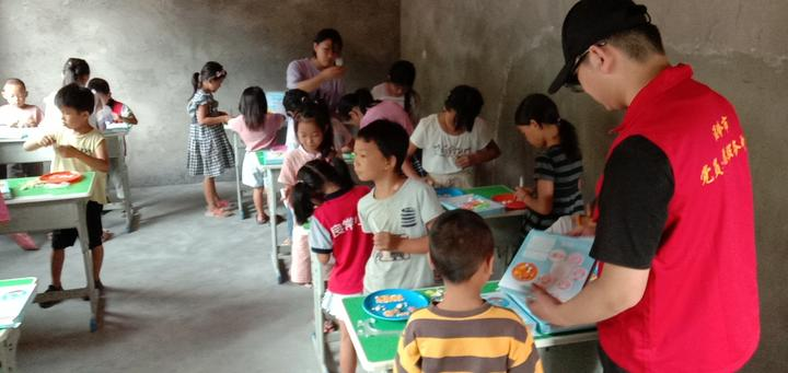 志愿服务走进贵州贫困山区 为孩子的童年画上翅膀