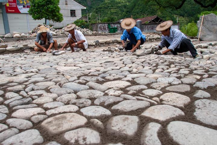 """2007年8月12日,景宁大均乡的村民在修建""""畲乡之窗""""景区的石子路。.jpg"""