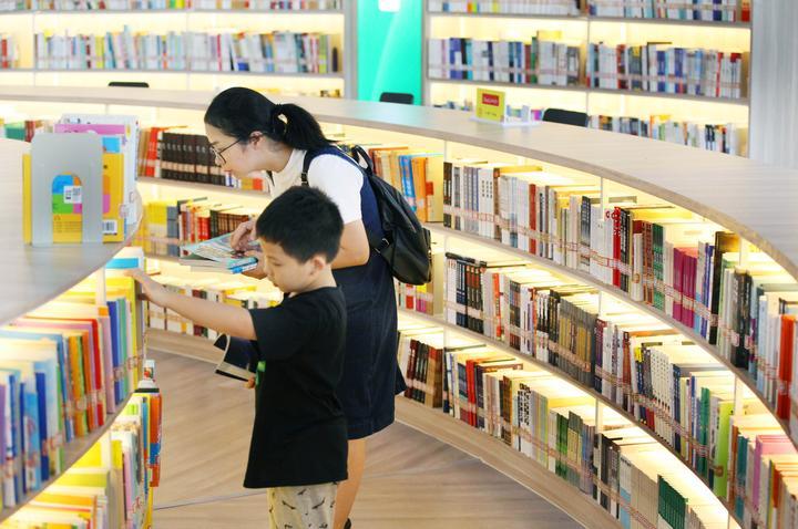 居民小区建起大型图书馆.jpg