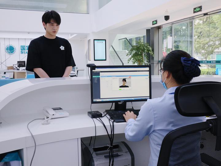 """1.在全新的龙港智能供电营业厅,用户可以""""刷脸""""办电.jpg"""