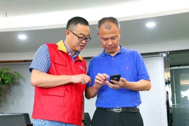 5.供电员工为温州市康尔微晶玻璃有限公司负责人指导在网上国网APP上答复电力需求响应邀约.jpg