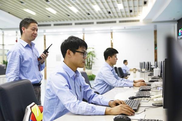 浙能兰溪发电公司运行人员专注监盘、精心操作,保持机组安全稳定发电。申晔 摄.jpg