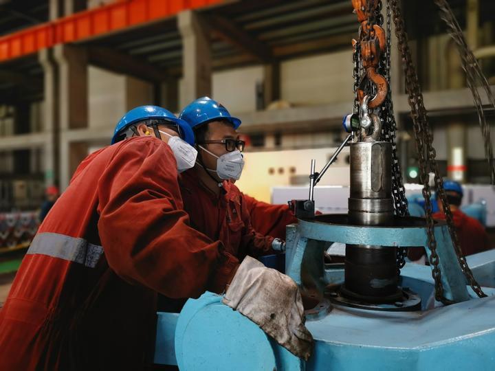 浙能工程技术公司检修人员在仔细测量数据,精心检修设备。 白国斌 摄.jpg