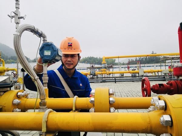 浙能天然气运行公司员工在节日期间加强设备巡查。李富松 摄.jpg