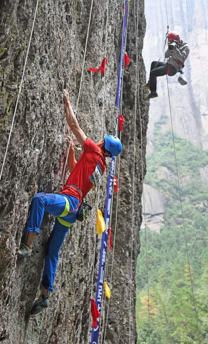 体育+旅游 神仙居景区再现岩壁蜘蛛人2.jpg