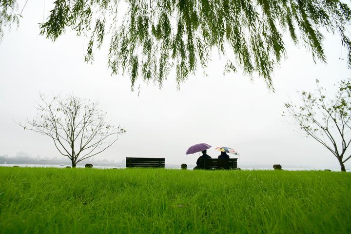 西湖白堤返春(里尔摄影)1.jpg