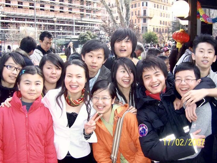 2007年,蒋忠华和意大利罗马中华语言学校首届学生合影.jpg