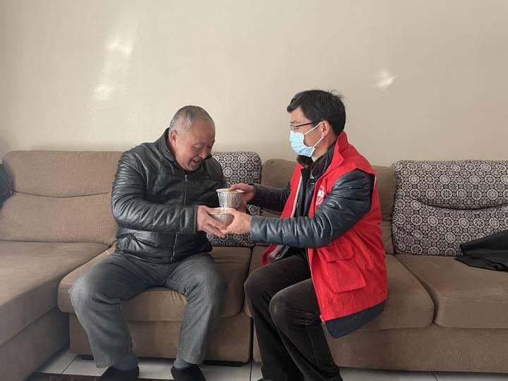 """杭州:一碗腊八粥让老人身暖心更暖 社工成""""爱心快递员"""""""