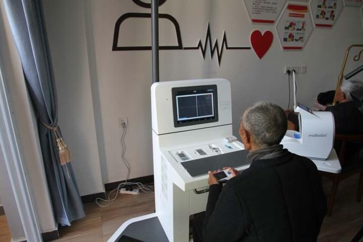 老人使用健康一体机.JPG