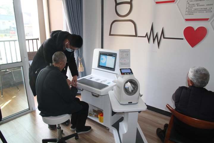 老人使用健康一体机1.JPG