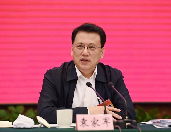 1月26日下午,省委书记、省人大常委会主任袁家军来到他所在的省十三届人大五次会议衢州代表团,与代表们一起审议政府工作报告。
