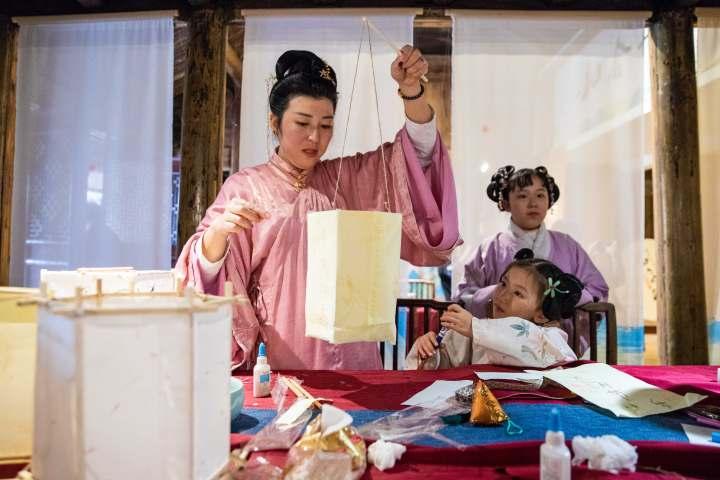 2月25日下午,在浙江省温岭市温峤镇,汉服爱好者正在制作花灯。 (1).jpg